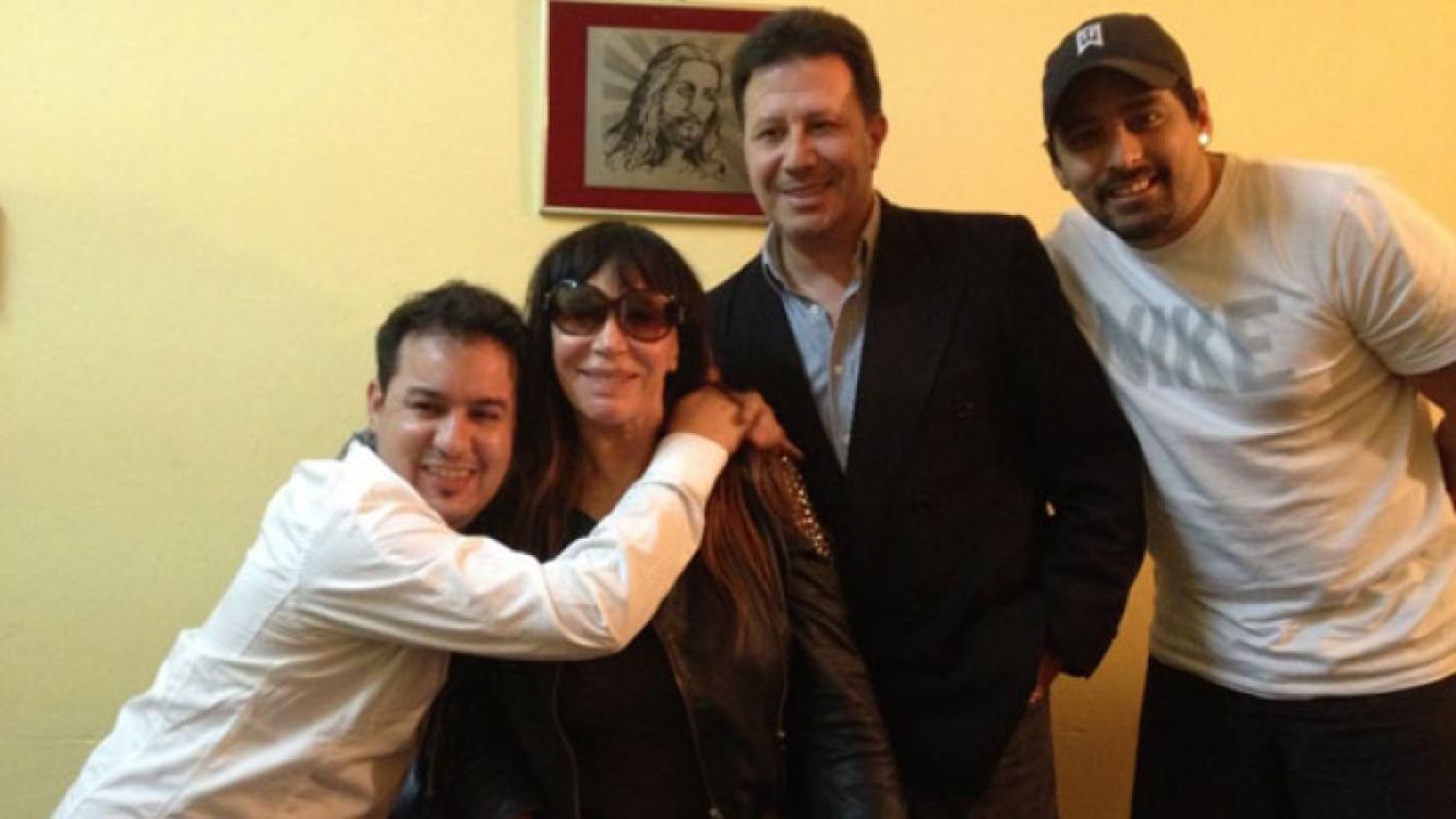 Moria Casán, junto al abogado y familiares de Larissa Riquelme, en la comisaría. (Foto: @Moria_Casan)