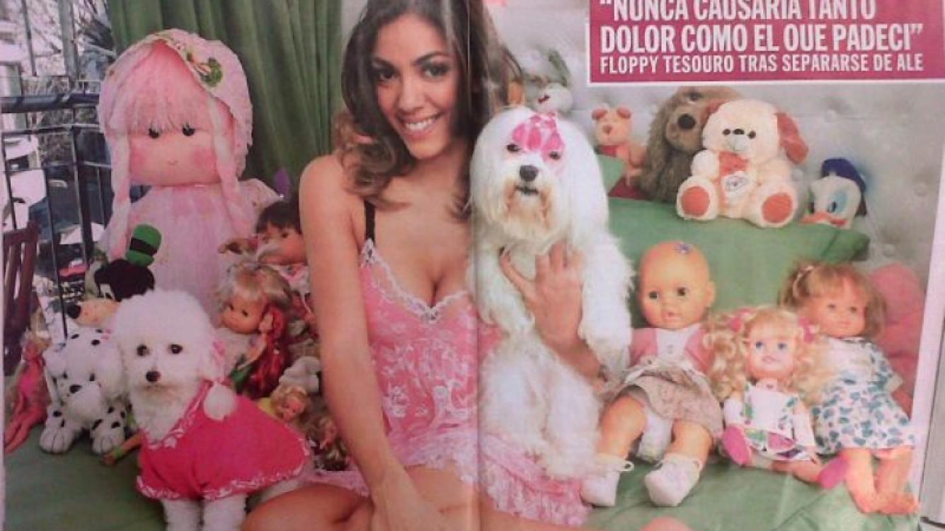 Floppy Tesouro, en su habitación repleta de peluches, muñecas... y con dos perros. (Foto: revista Caras)