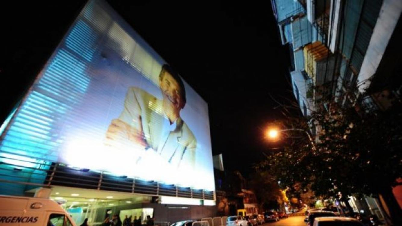 Juan Alberto Badía, en la entrada del edificio de Ideas del sur, iluminado de noche. (Foto: Ideas)