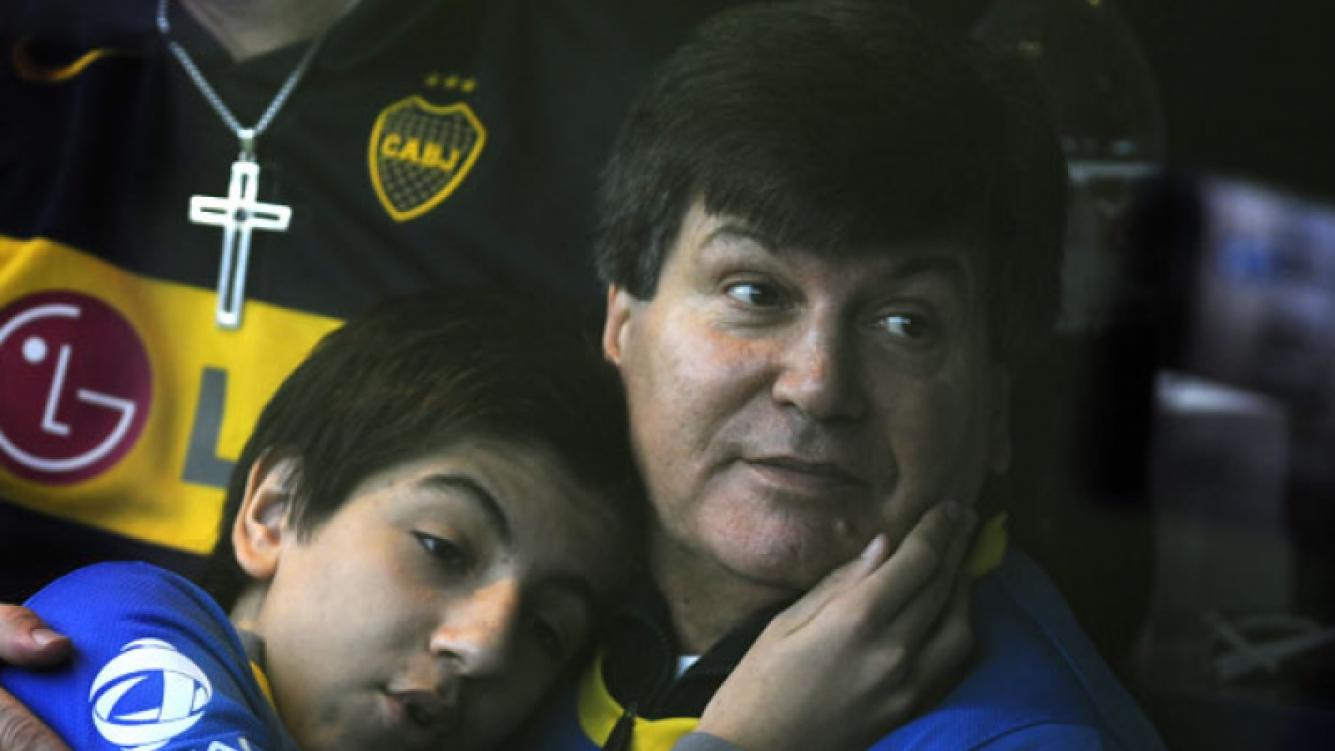 Carlín Calvo y su hijo Facundo, en La Bombonera. (Foto: Gentileza Olé)