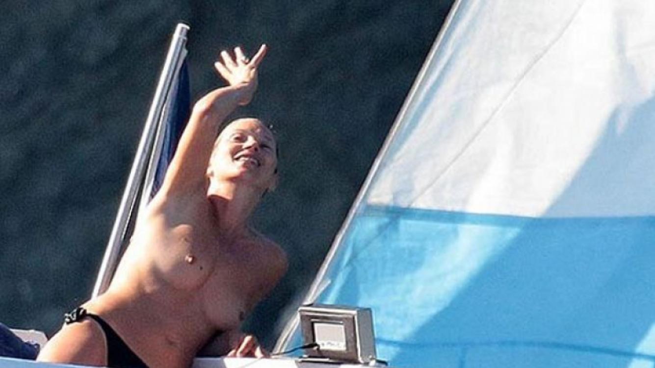 Kate Moss disfruta de unas vacaciones en St. Tropez. (Foto: The Sun)