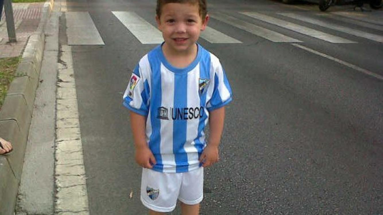 Bastian, en Málaga, esperando el partido de su padre. (Foto: Twitter)