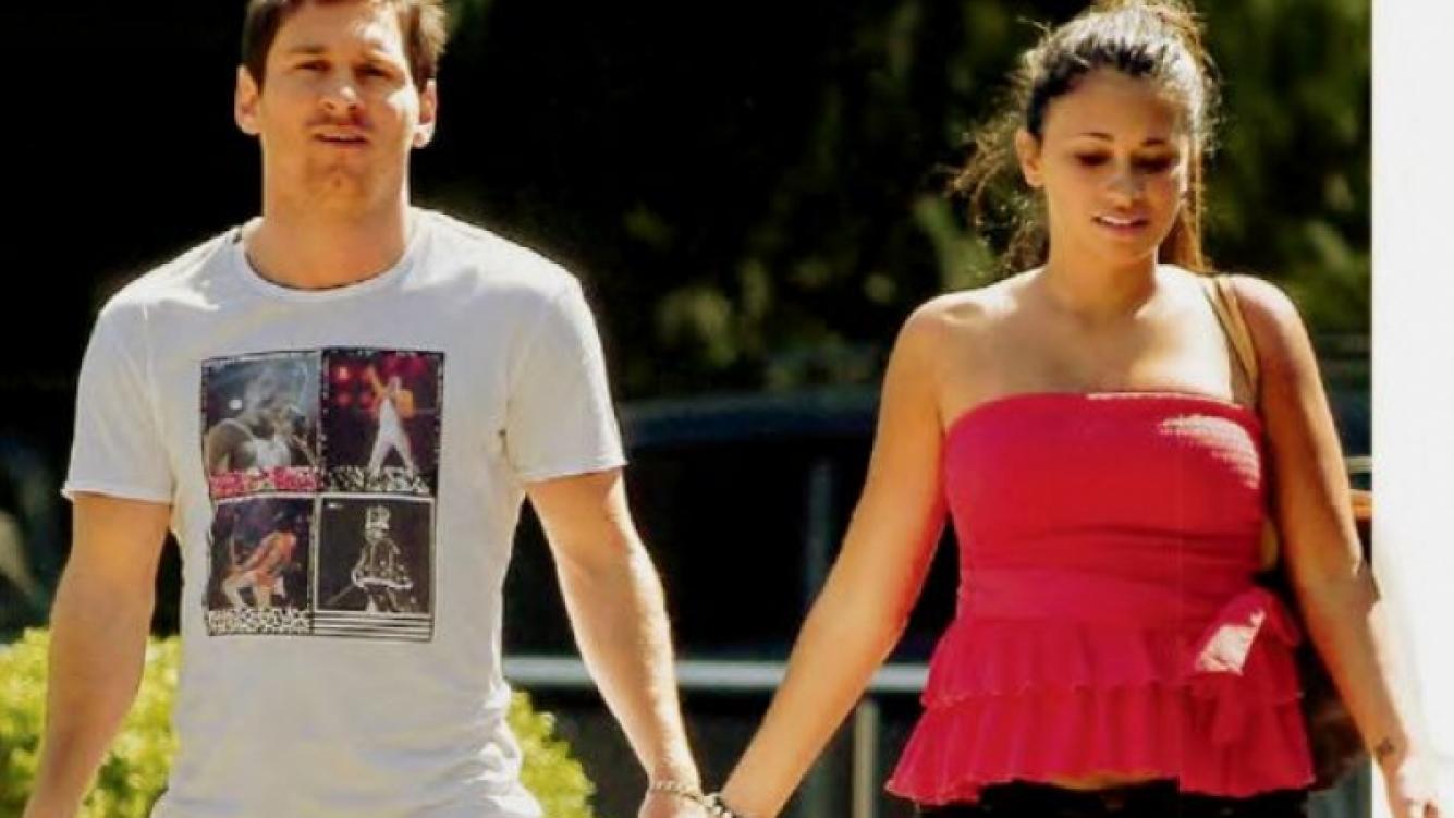 Lionel Messi y Antonella Roccuzzo, paseando de la mano en Barcelona (Foto: @LeoMessiFanClub))