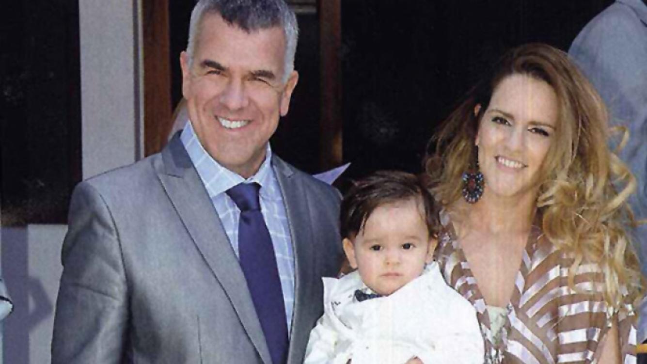 Daby Brieva y su mujer, Mariela Anchipi, junto a Felipe, el día de su bautismo. (Foto: archivo revista Gente)
