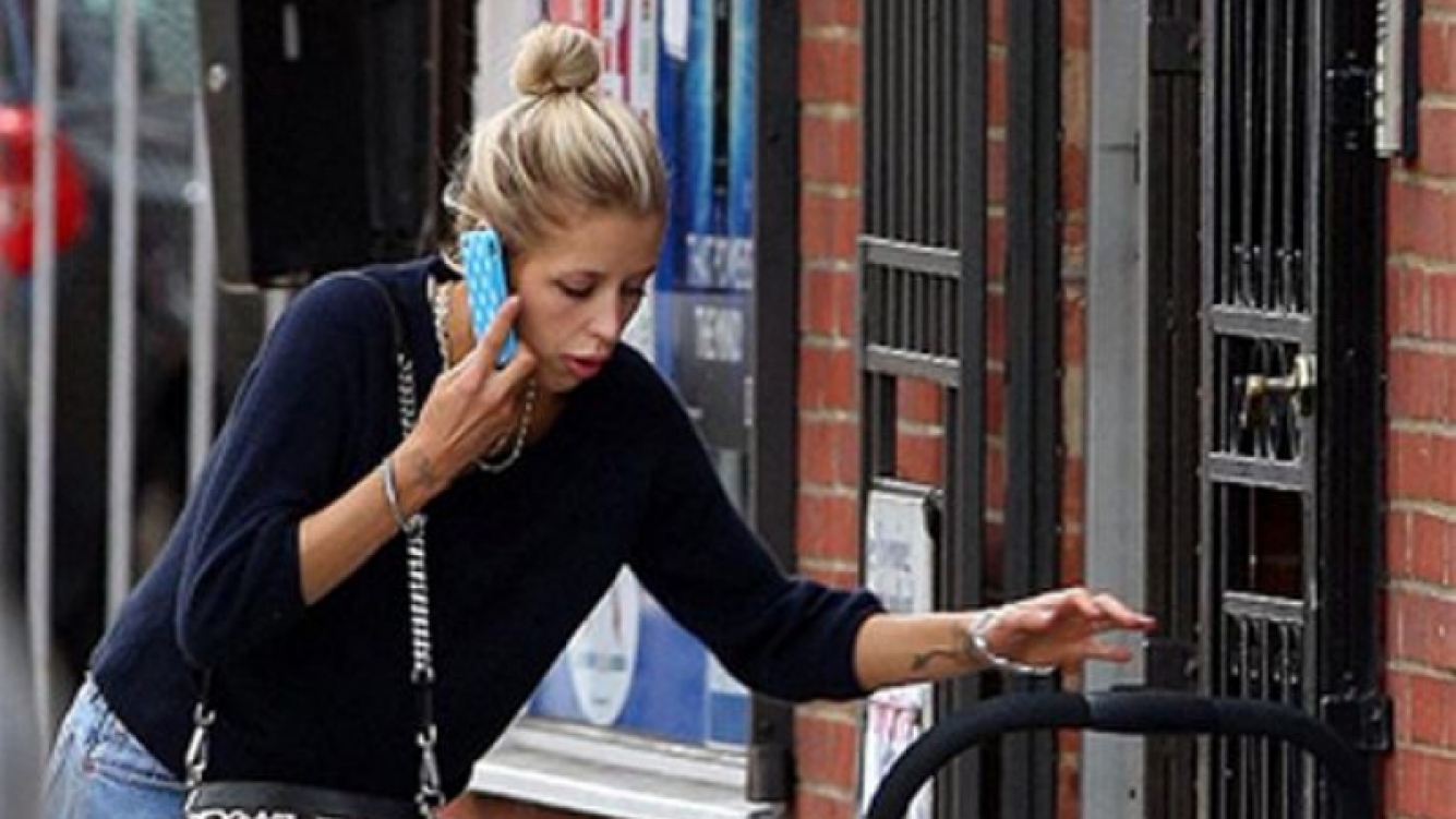 Peaches Geldof, en un curioso accidente con su bebé. (Foto: The Sun)