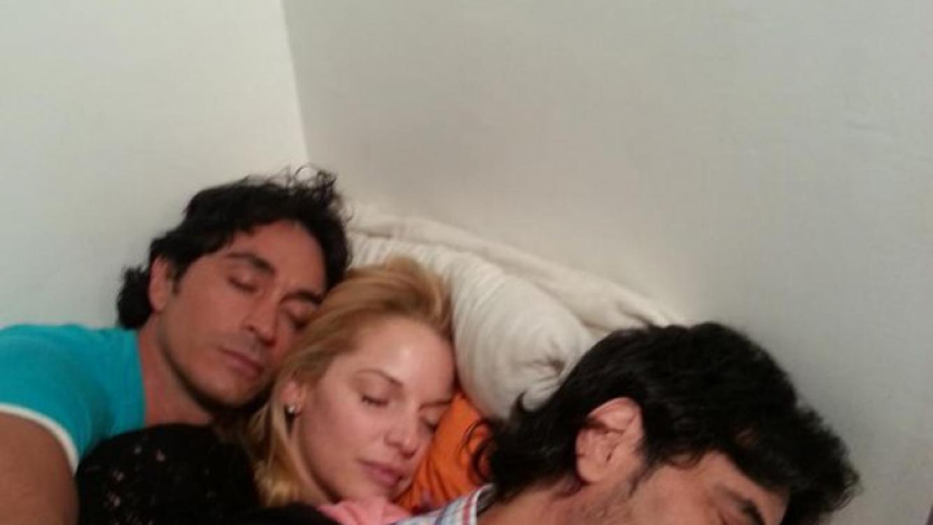 """Dulce Amor, dulces sueños: Zampini y una siesta """"sandwichito"""" entre Estevanez y Darthés. (Foto: Twitter)"""