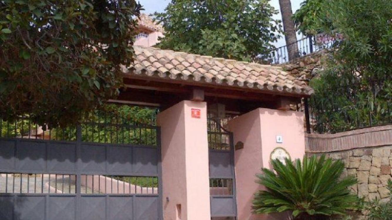 El frente de la casa de Charlotte Caniggia en Marbella. (Foto: Twitter)
