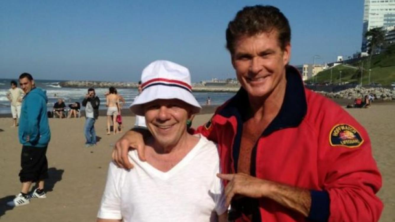 David Hasselhoff y Emilio Disi en la playa. (Foto: @DavidHasselhoff)