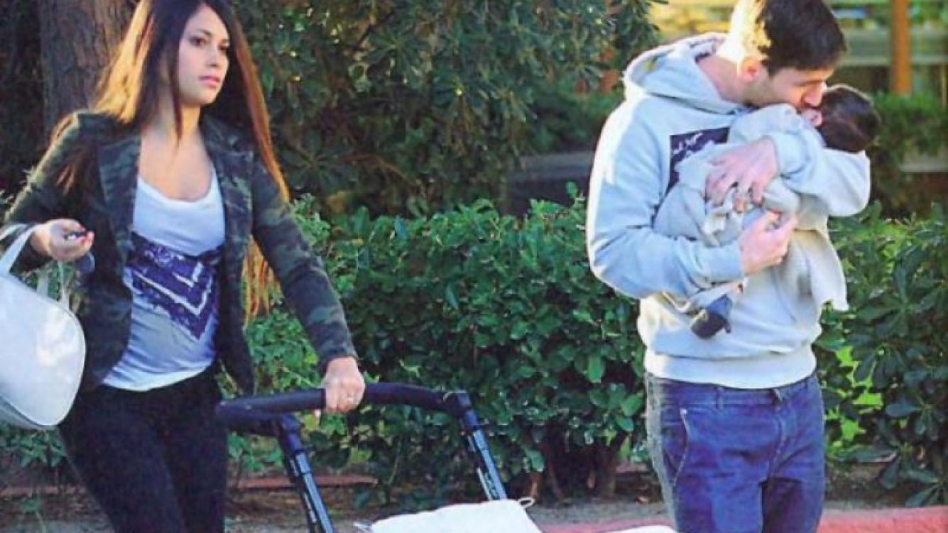 Antonella Roccuzzo pasea con Lionel Messi y su bebé Thiago por las calles de Barcelona. (Foto: Hola)