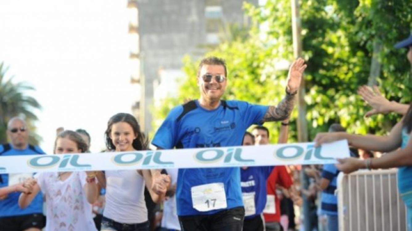 Juana Tinelli de la mano de su papá, Marcelo Tinelli, en la Maratón de Bolivar. (Foto: Ideas)