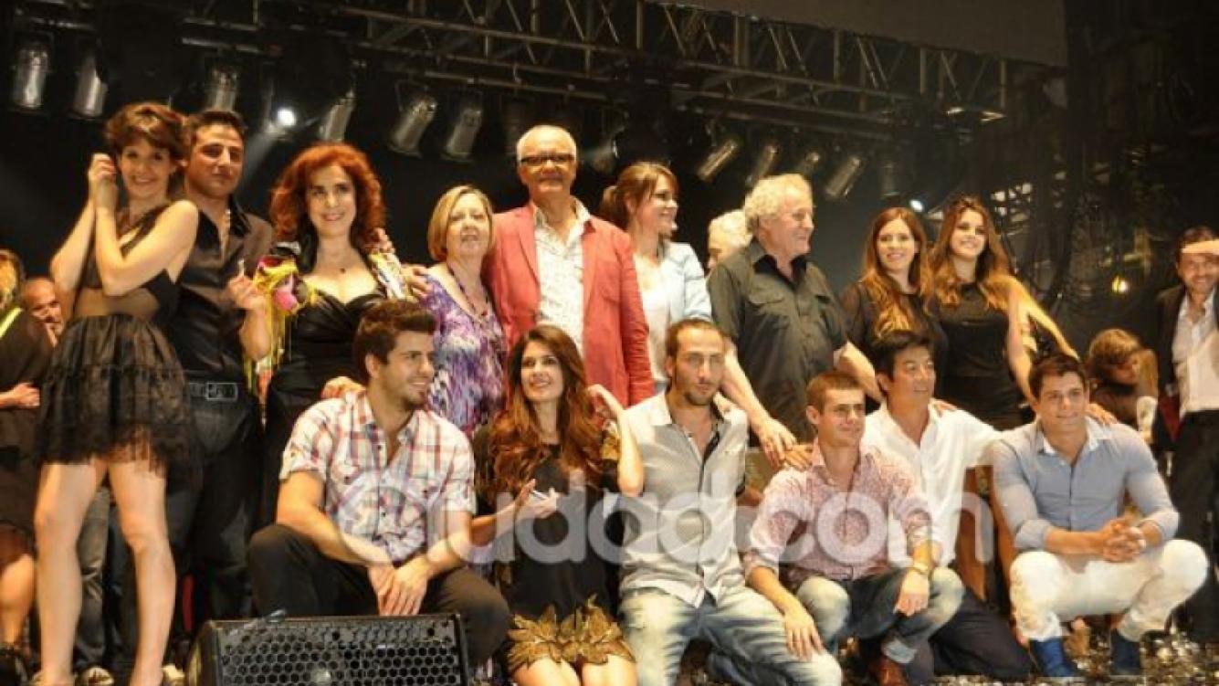 Los protagonistas, a pleno, en el escenario del Gran Rex (Foto: Jennifer Rubio).