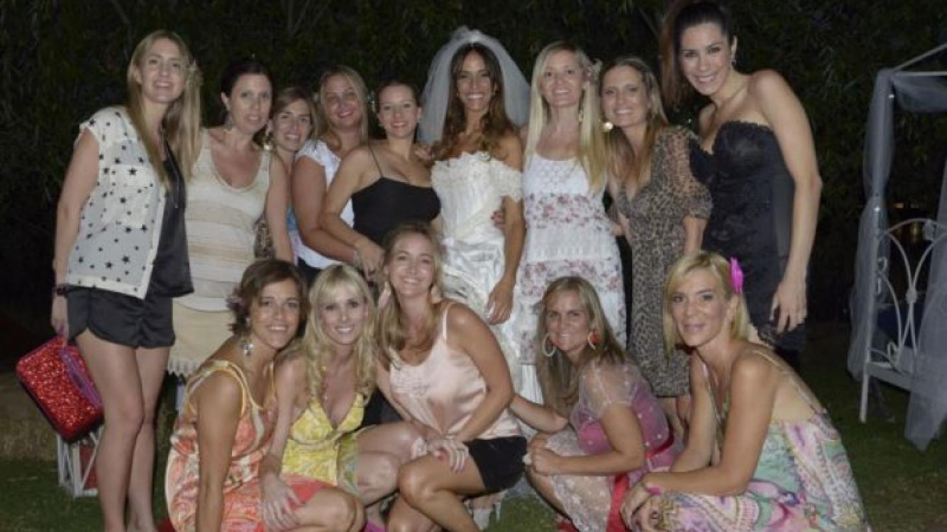 María Susini con sus amigas en el casamiento. (Foto: Carolina Parrado)