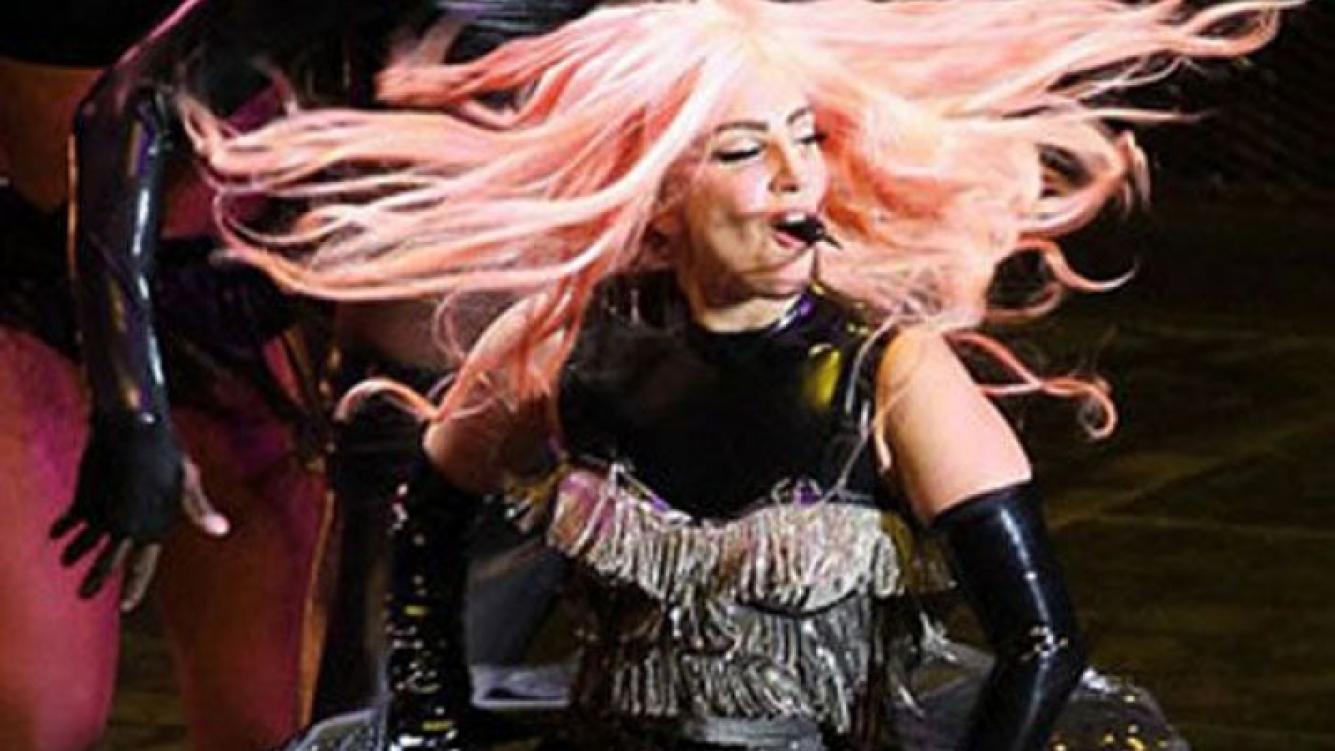 Lady Gaga siguió con su show con gran profesionalismo. (Foto: Web)