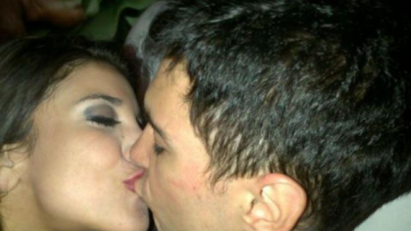 Andrea Rincón y Ale Sergi, a puro beso en Carlos Paz (Foto: Twitter).