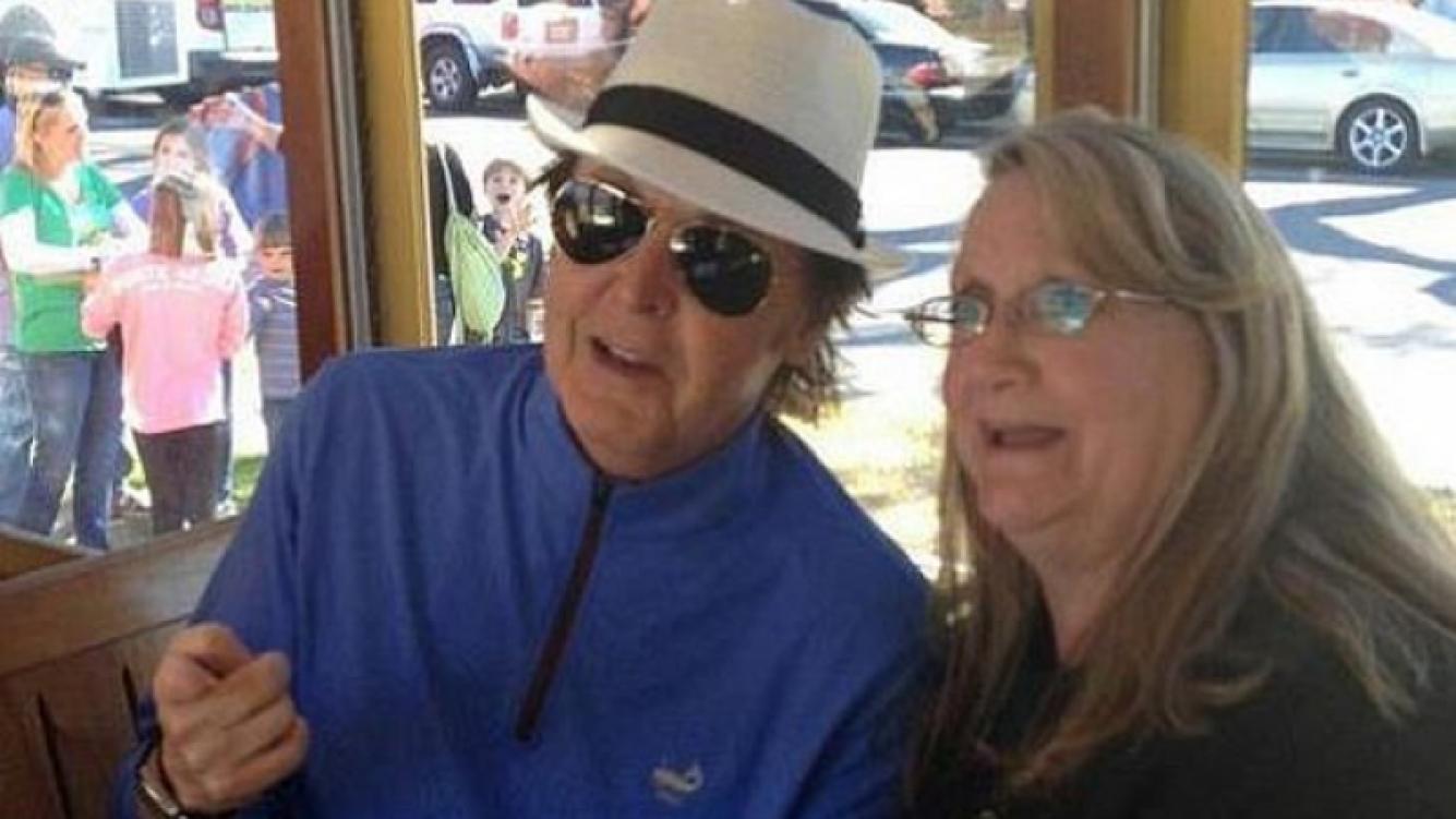 Paul McCartney en el tranvía con una pasajera (Foto: Facebook)