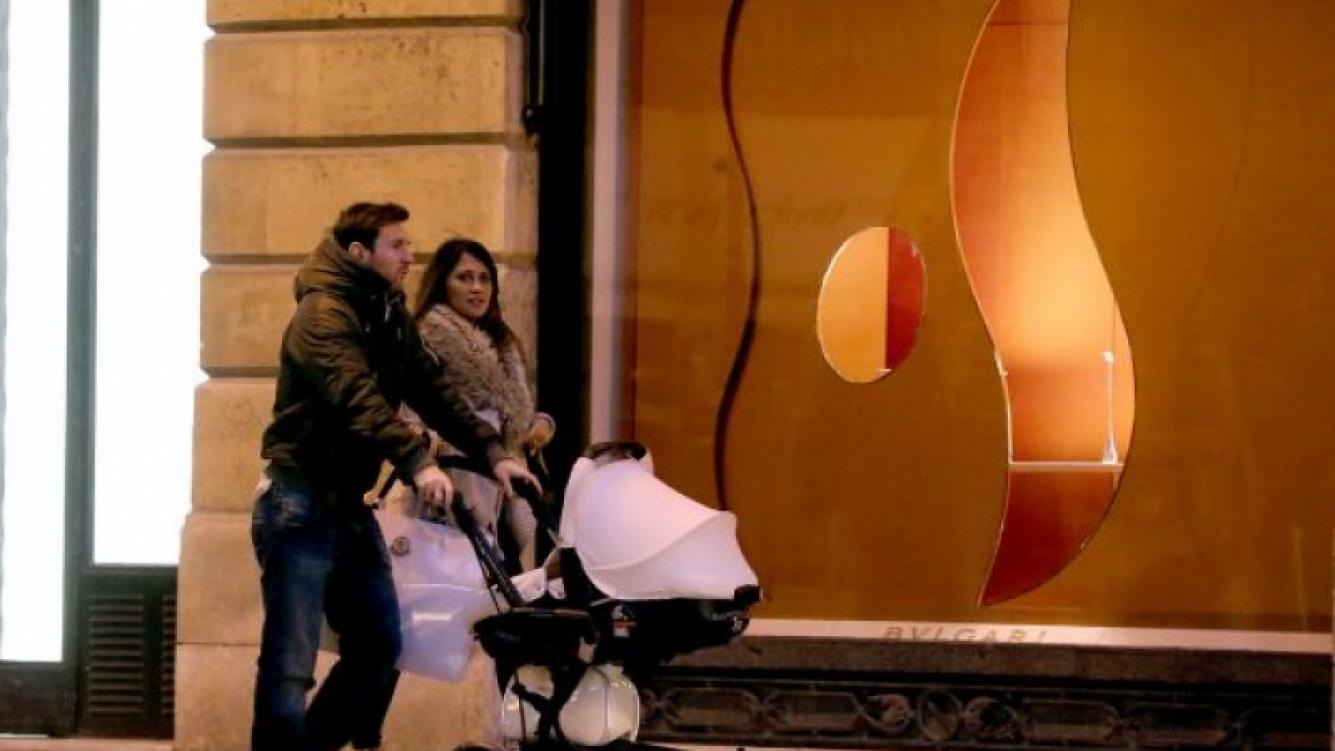 Lionel Messi y su familia pasearon por las calles de París (Foto: www.leomessifansclub.com.ar).