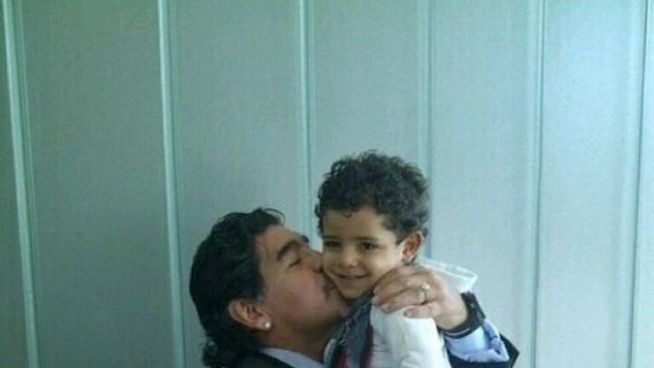 Diego Maradona y Cristiano Junior (Foto: Twitter de TipsFutbol)