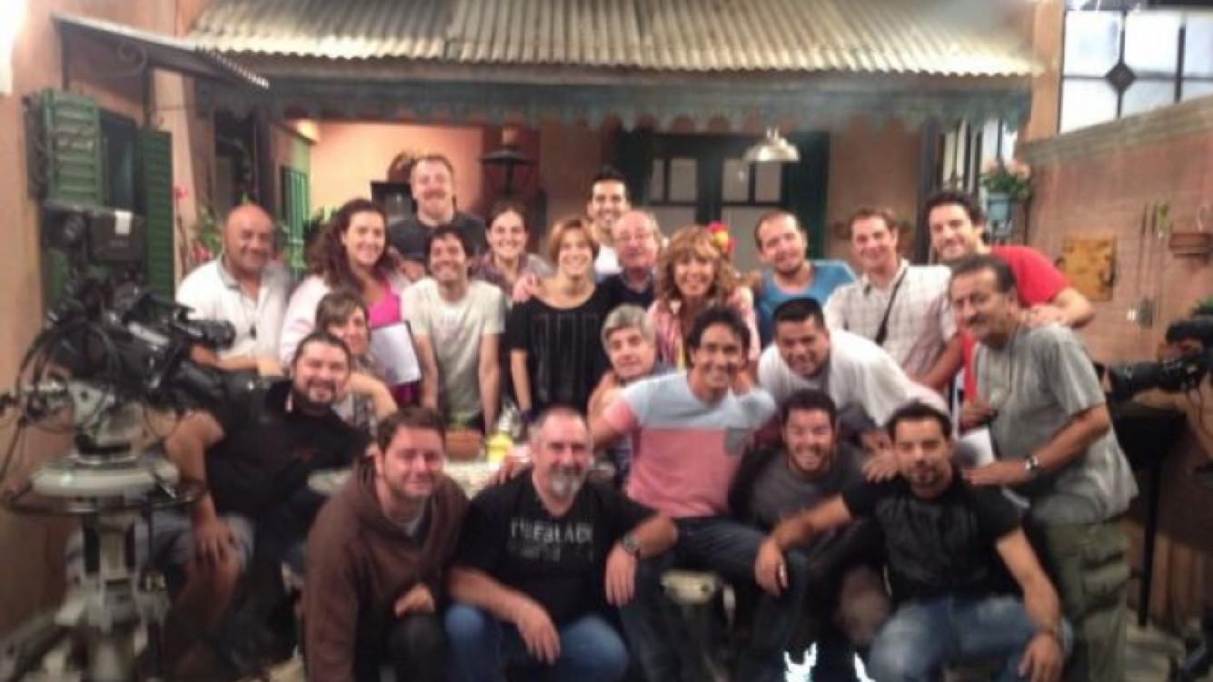 Sebastián Estevanez tuiteó una foto con compañeros de elenco y el equipo de piso. (Foto: @sebaestevanez)