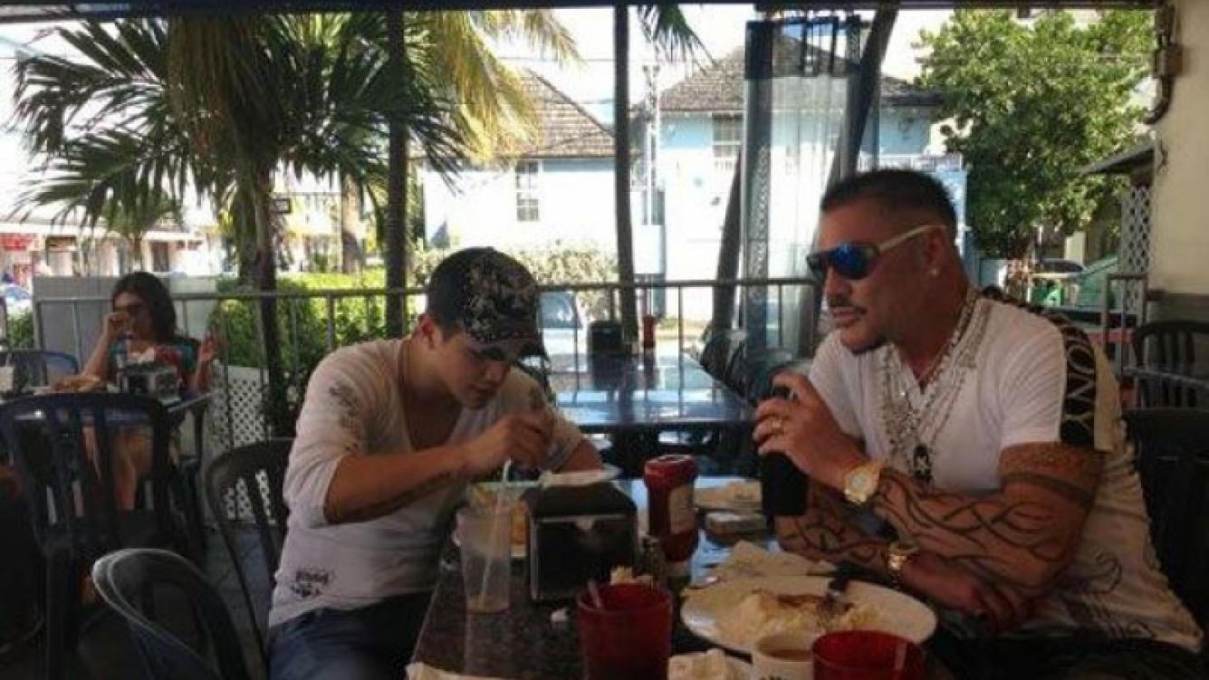 Ricardo Fort y Rodrigo Díaz, enamorados en Miami (Foto: Twitter).