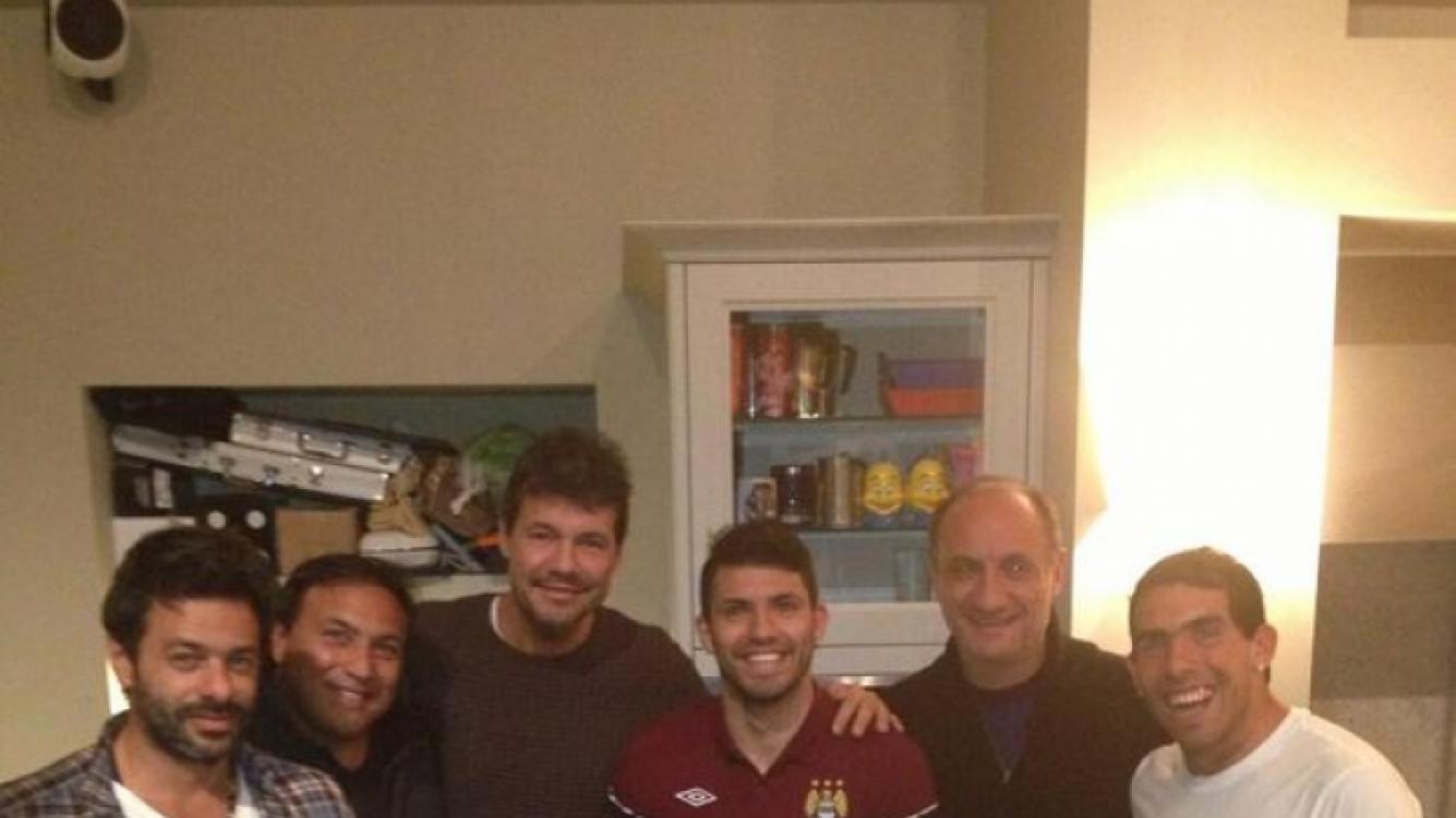 La cena de Marcelo Tinelli con Sergio Kun Agüero y Carlitos Tevez, en Manchester (Foto: Twitter).