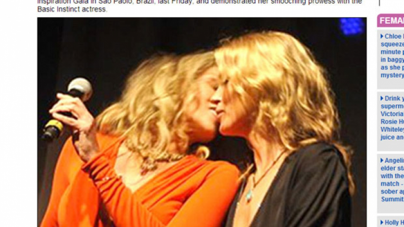 Sharon Stone y Kate Moss se dieron un beso para una subasta. (Foto: captura Web)