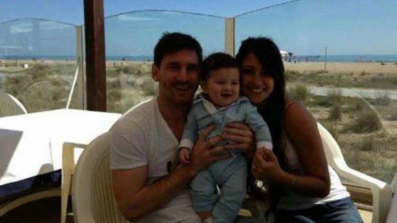 Lionel Messi y Antonella Roccuzzo con Thiago. (Foto: Facebook Leo Messi)