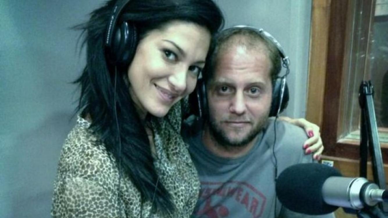 Silvina Escudero y Nicolás Cajg, acaramelados en los estudios de Metro. (Foto: @andykusnetzoff)