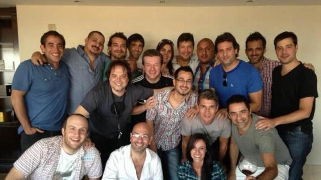 La foto que Marcelo Tinelli se sacó con su equipo durante el asado. (Foto: Twitter)
