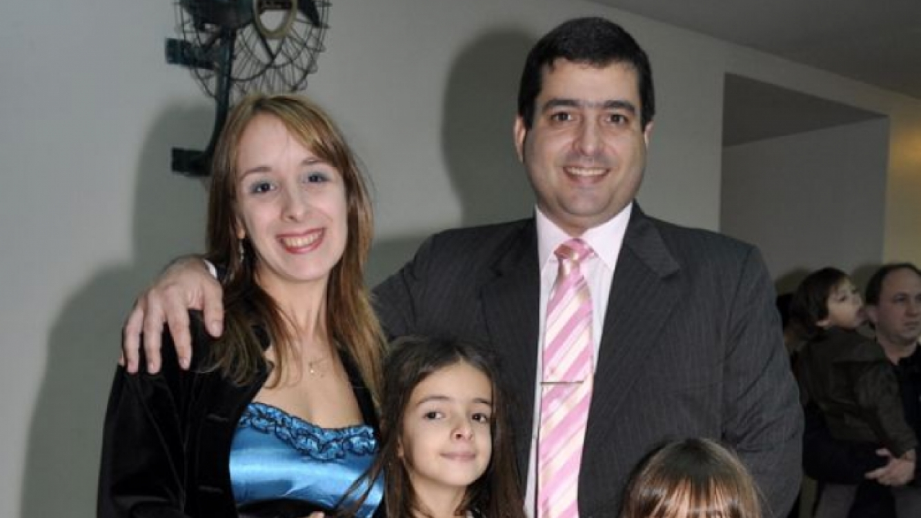 Gabriela Allegue con su marido y sus hijas. (Foto: Jennifer Rubio-Ciudad.com)