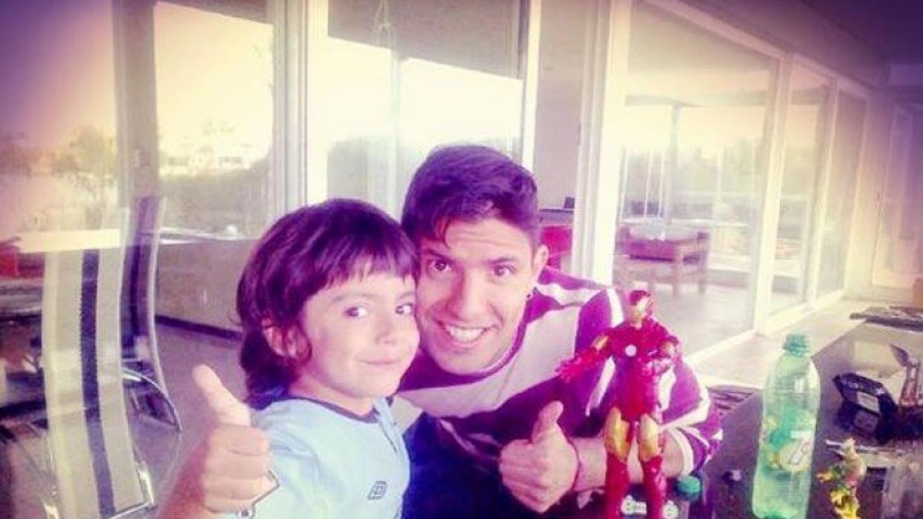 El Kun Agüero y su hijo Benjamín, felices en Argentina (Foto: Twitter).