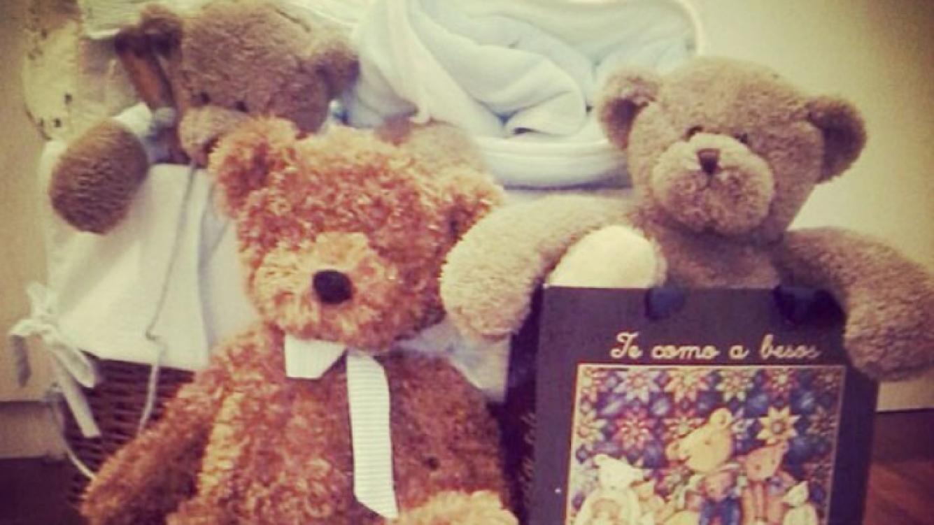 Peluches, ropa, un canasto: de todo para el bebé (Foto: Instagram).