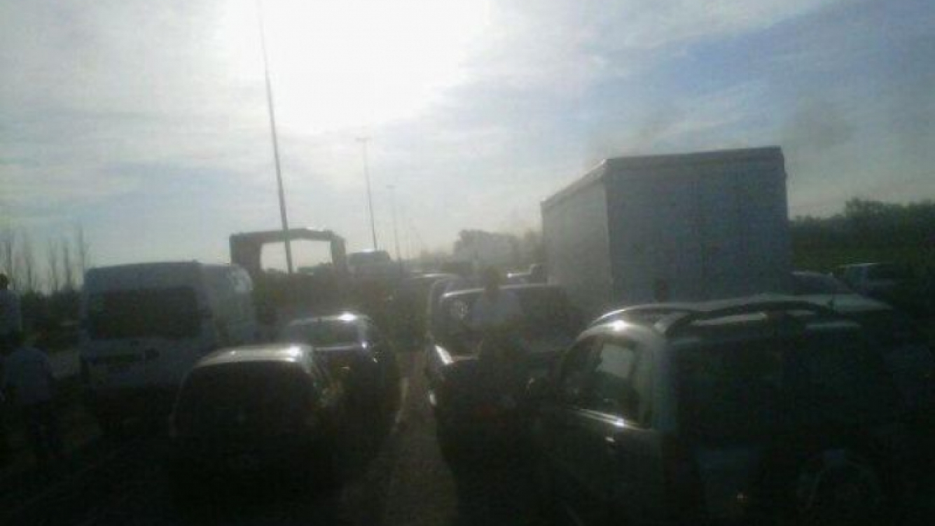 El embotellamiento en la autopista Buenos Aires-La Plata (Foto: Twitter).