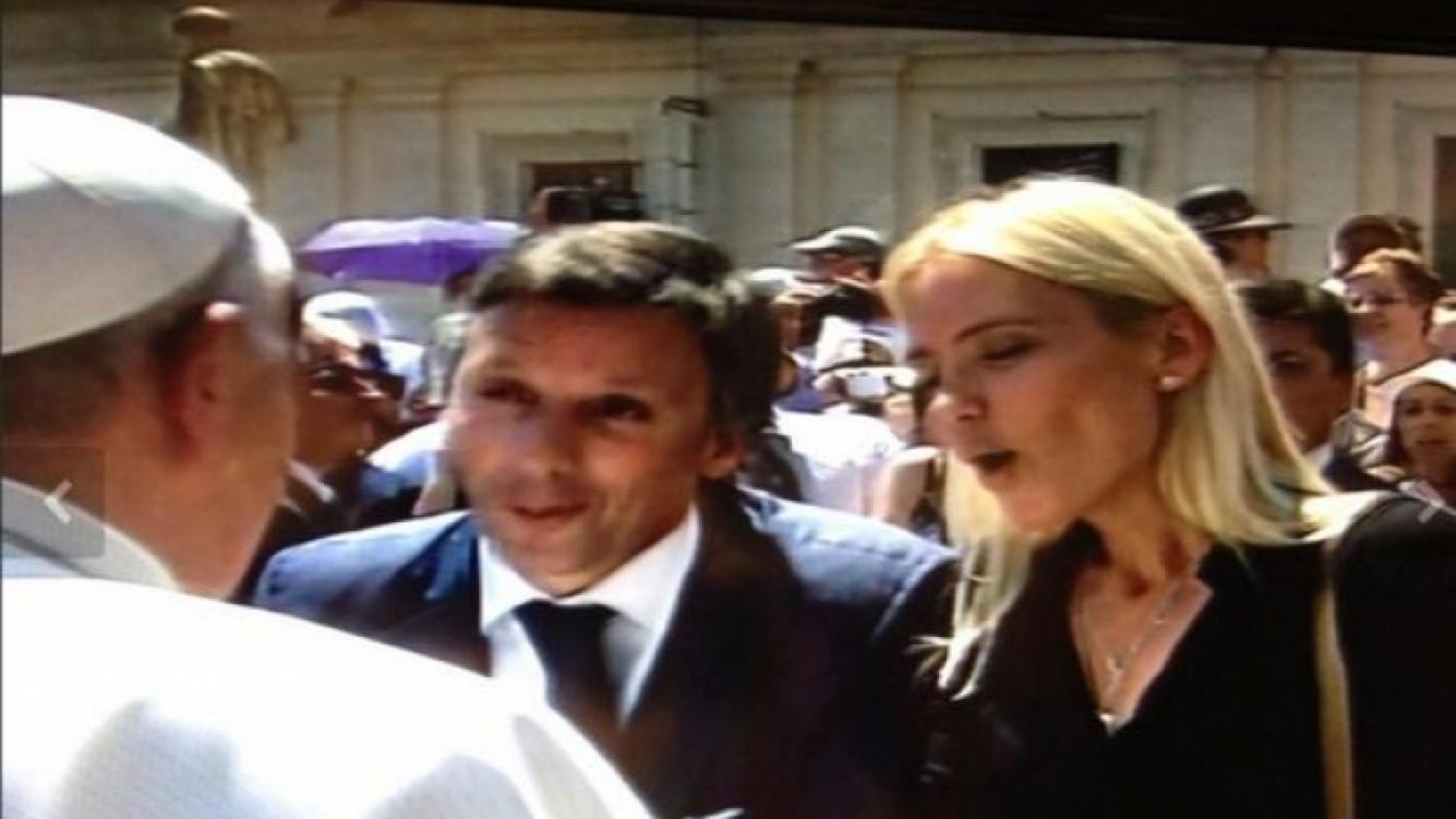 Valeria Mazza y su marido saludaron al papa Francisco. (Foto: twitter.com/bettapique)