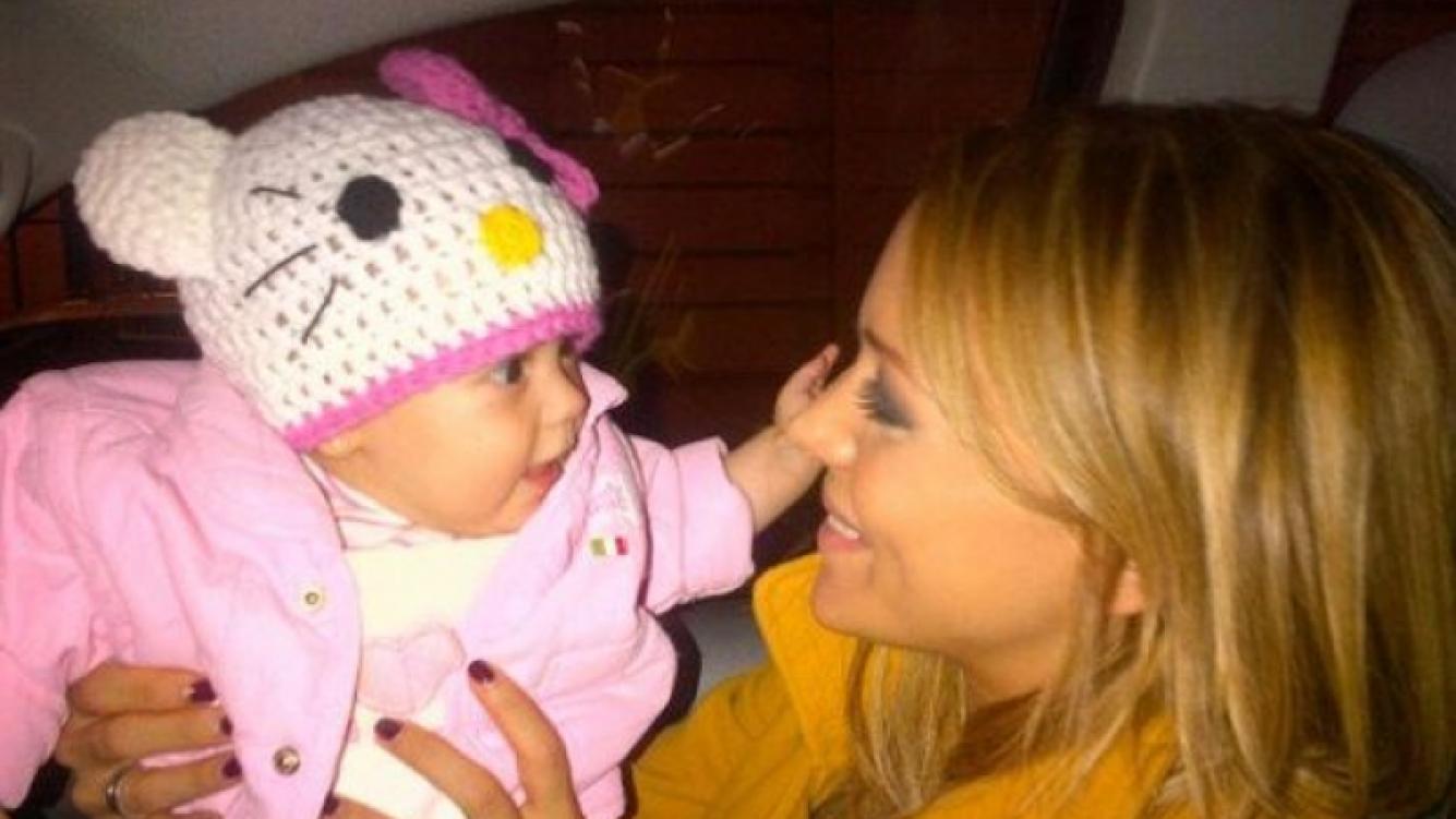 La foto más tierna de Evangelina Anderson y su hija Lola. (Foto: Twitter)