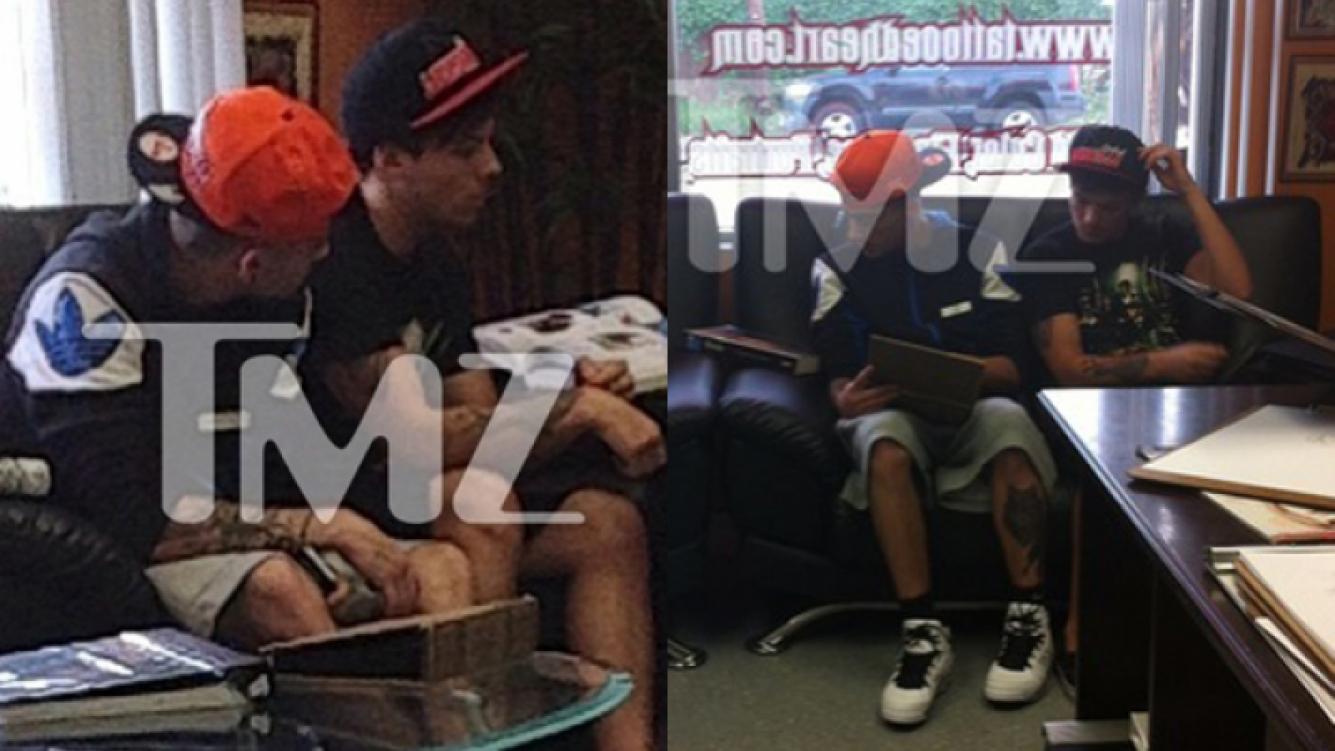 Los chicos de One Direction en el local de tatuajes (Foto: TMZ).