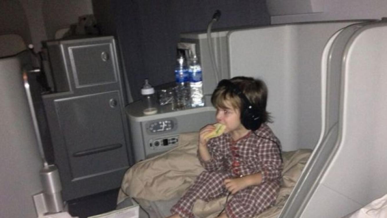 Constantino y su asiento en el avión. (Foto: Twitter @wanditanara)
