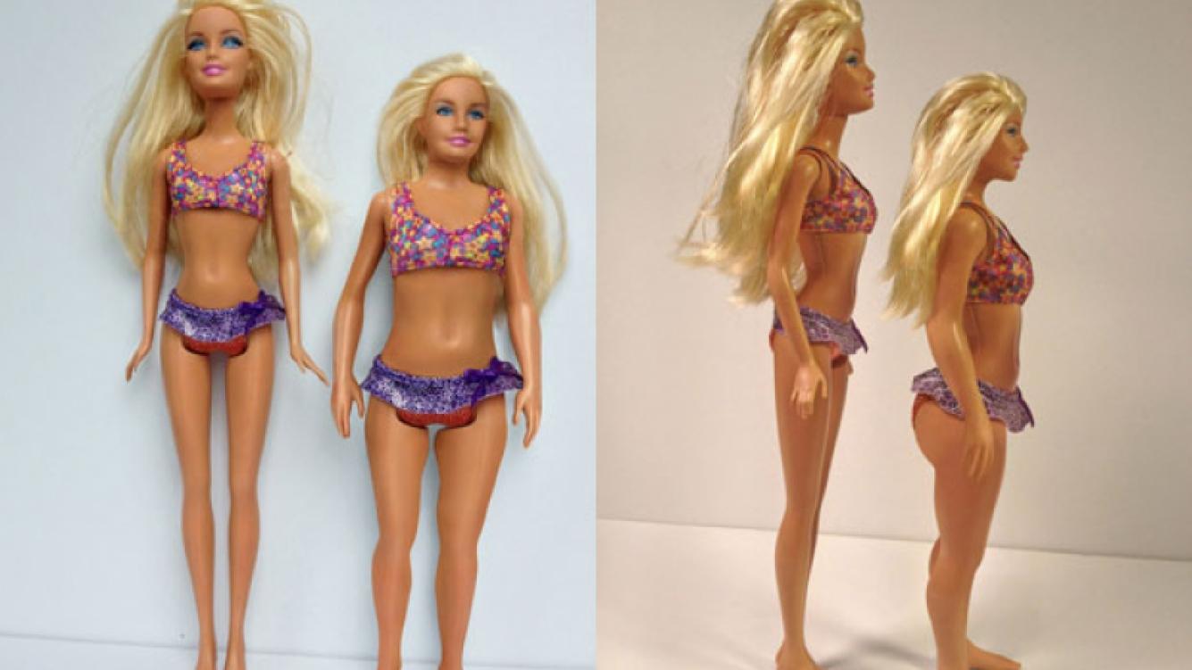 "La clásica Barbie, junto a la ""Barbie real"" creada por Lamm (Foto: The Huffington Post)."