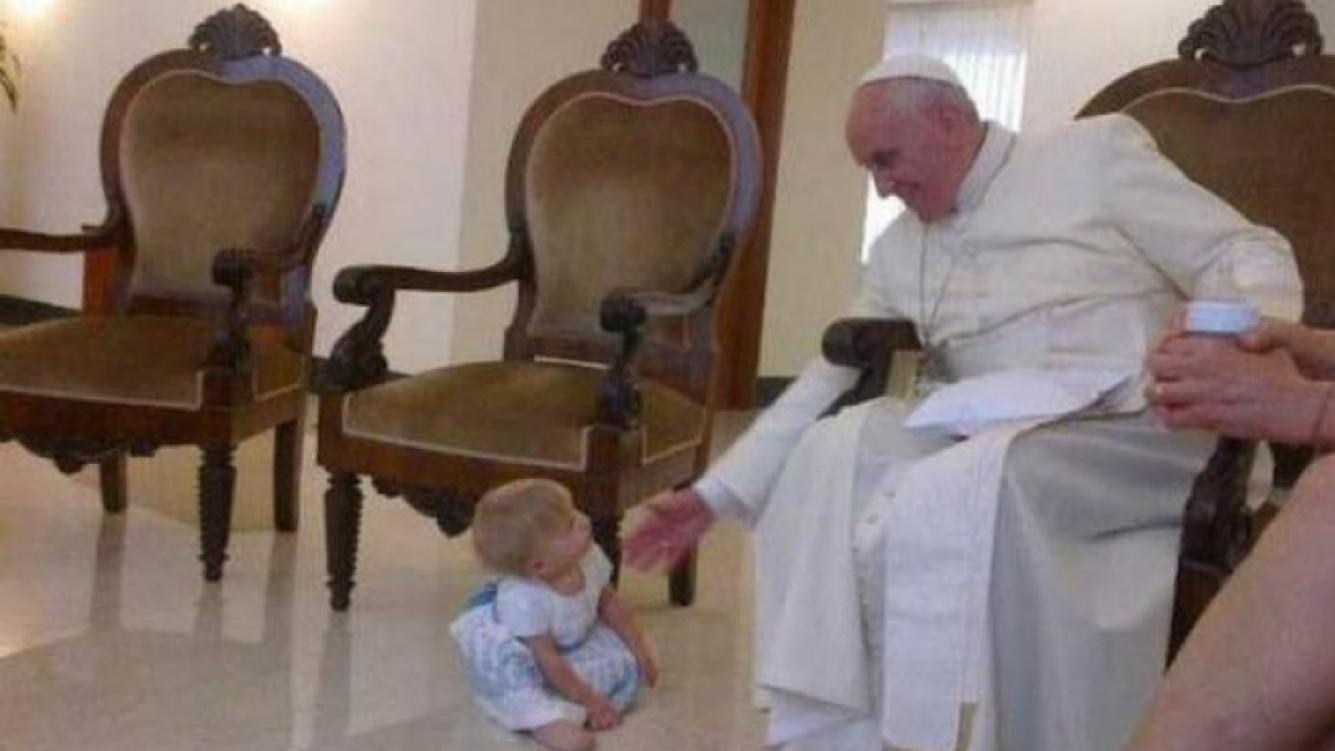 El Papa recibió a Maru Botana y a su familia en el Vaticano. (Foto: Twitter)