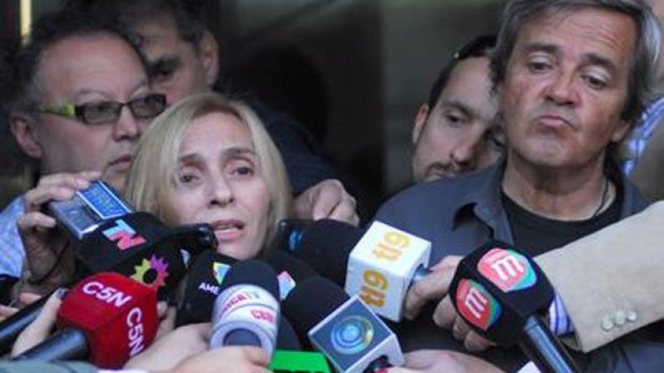 """La madre de Angeles Rawson habla en la puerta del famoso edificio de Ravignani 2360. El """"show"""" mediático recién empezaba..."""