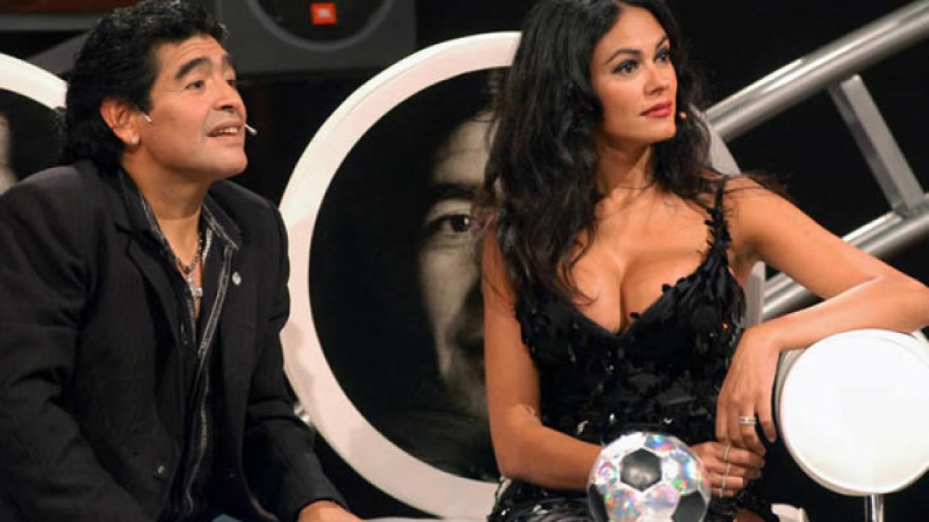 Diego Maradona con María Grazia Cucinotta, cuando condujo La Noche del 10. (Foto: archivo El Trece)
