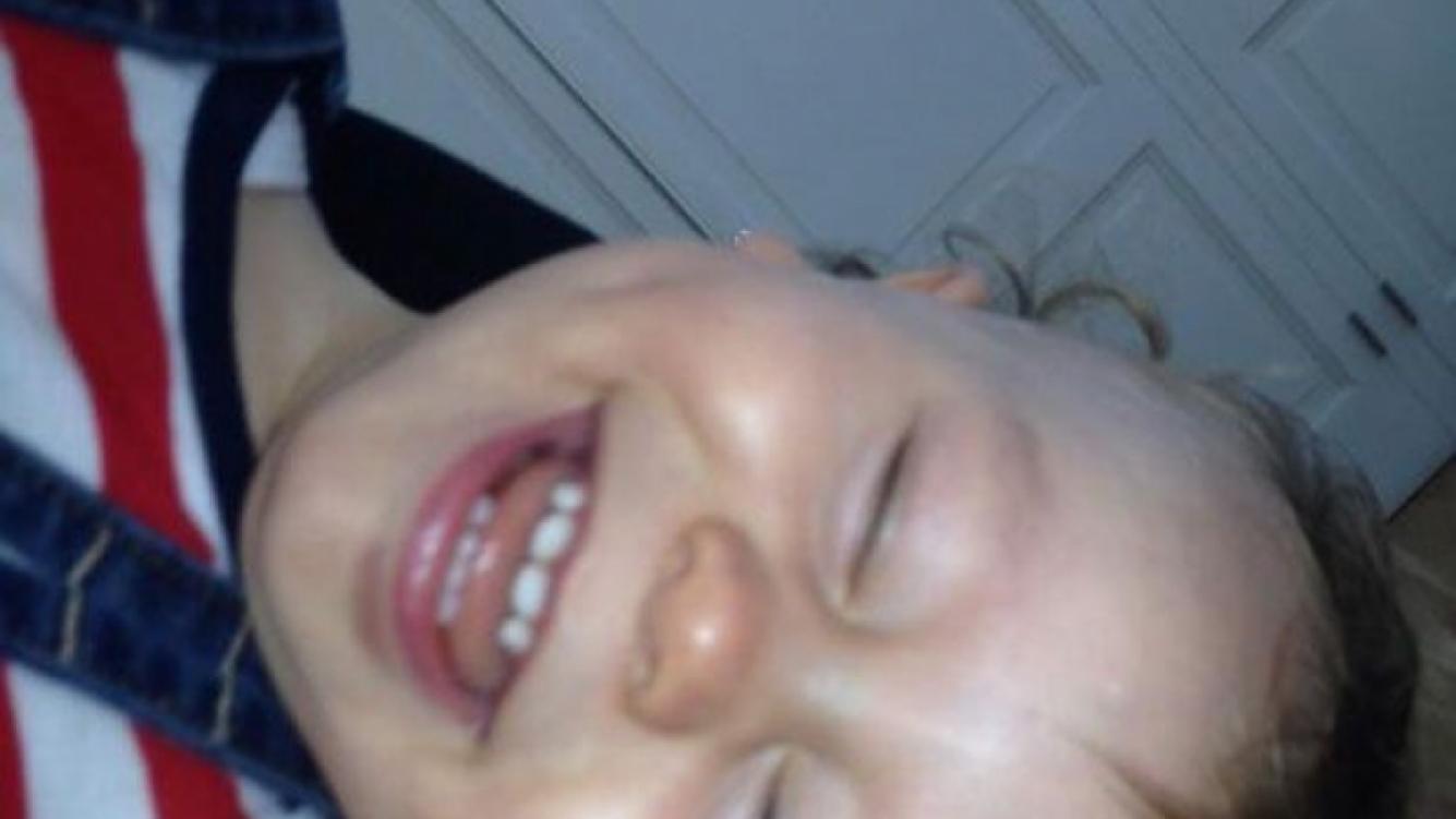 Pampita publicó esta dulce imagen junto a su hijo menor (foto: Twitter).