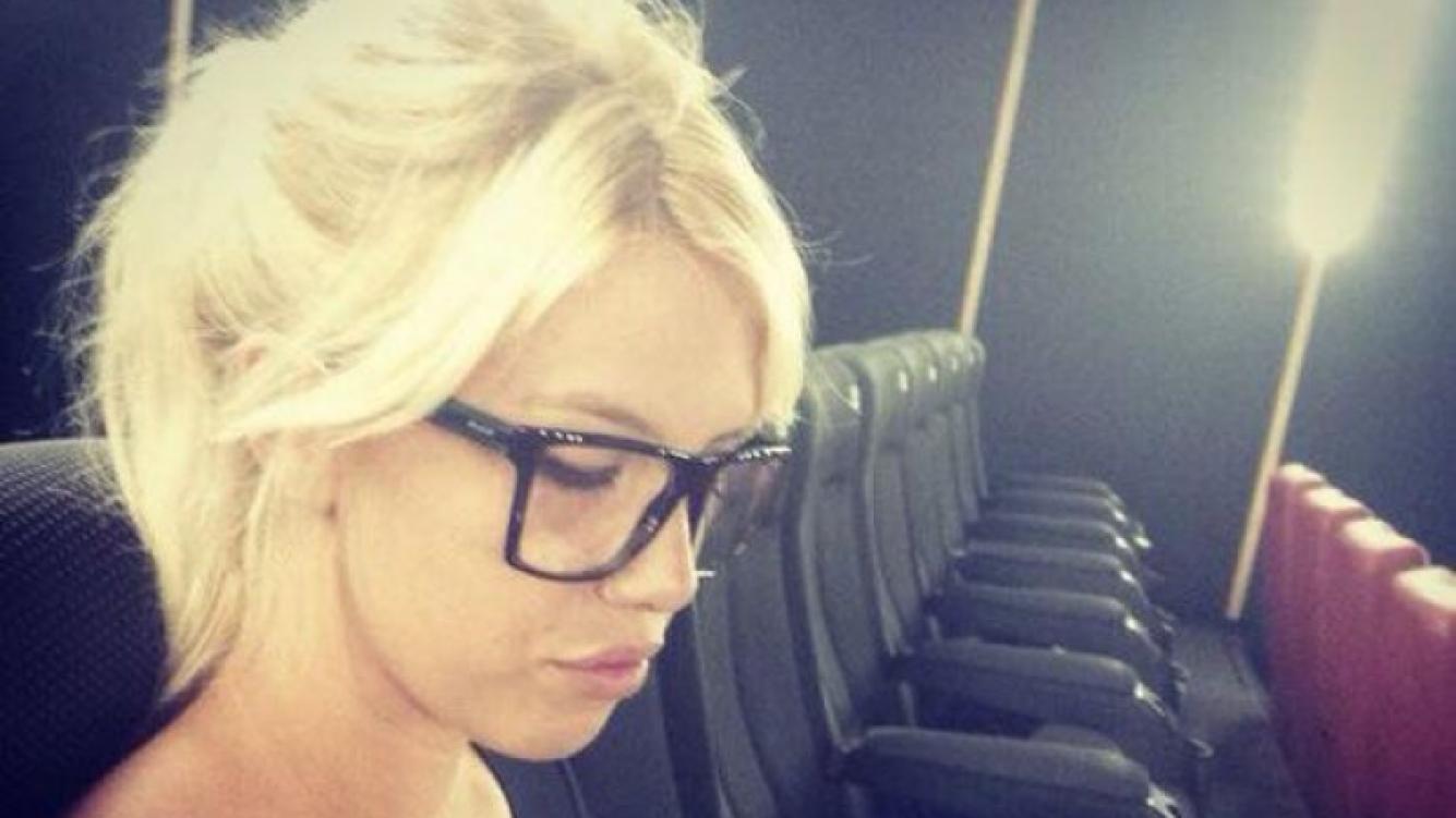 Wanda Nara y sus súper gafas para ir al cine con Maxi López (Foto: Twitter).