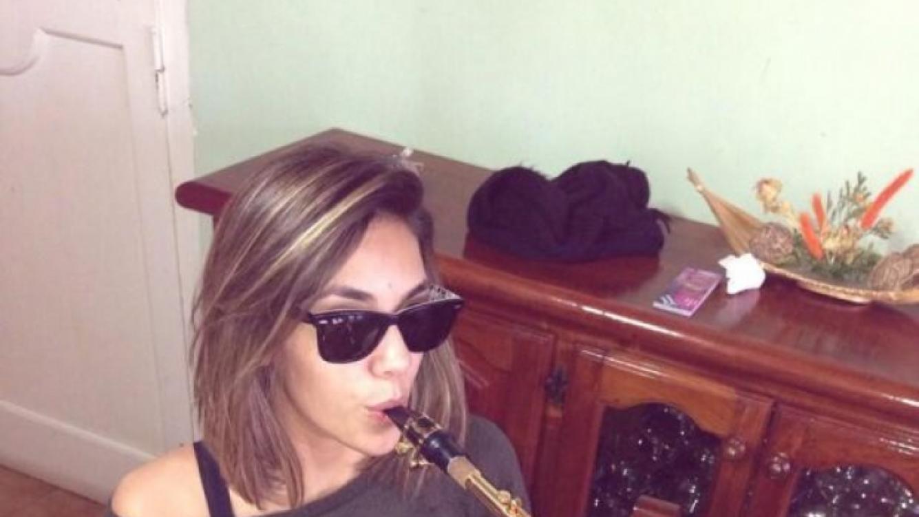 Floppy Tesouro aprendiendo a tocar el saxo (Foto: Twitter).