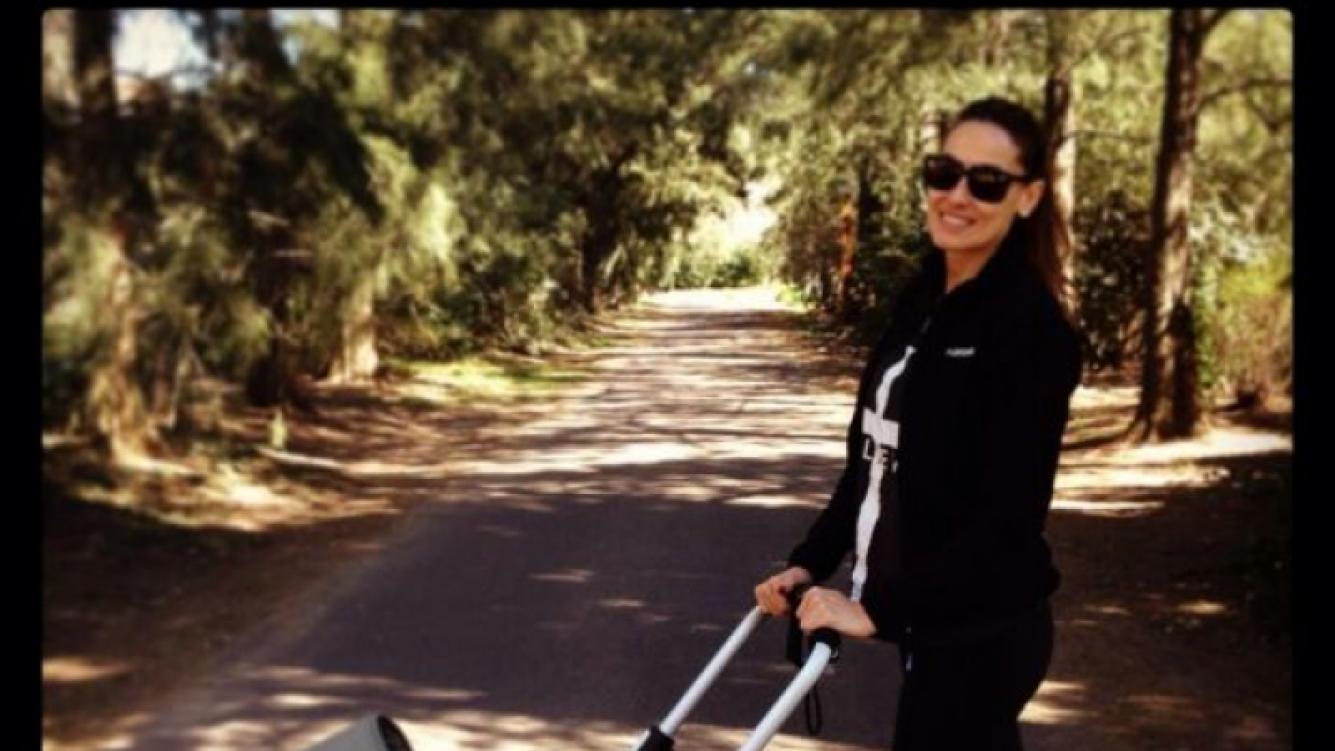 """Débora Bello y su método """"todoterreno"""" para pasear a Nina (Foto: Twitter)."""