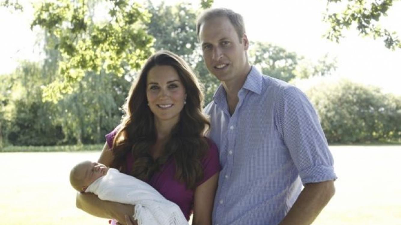 La primera foto oficial del príncipe William, Kate Middleton y el pequeño George (Foto: Web).