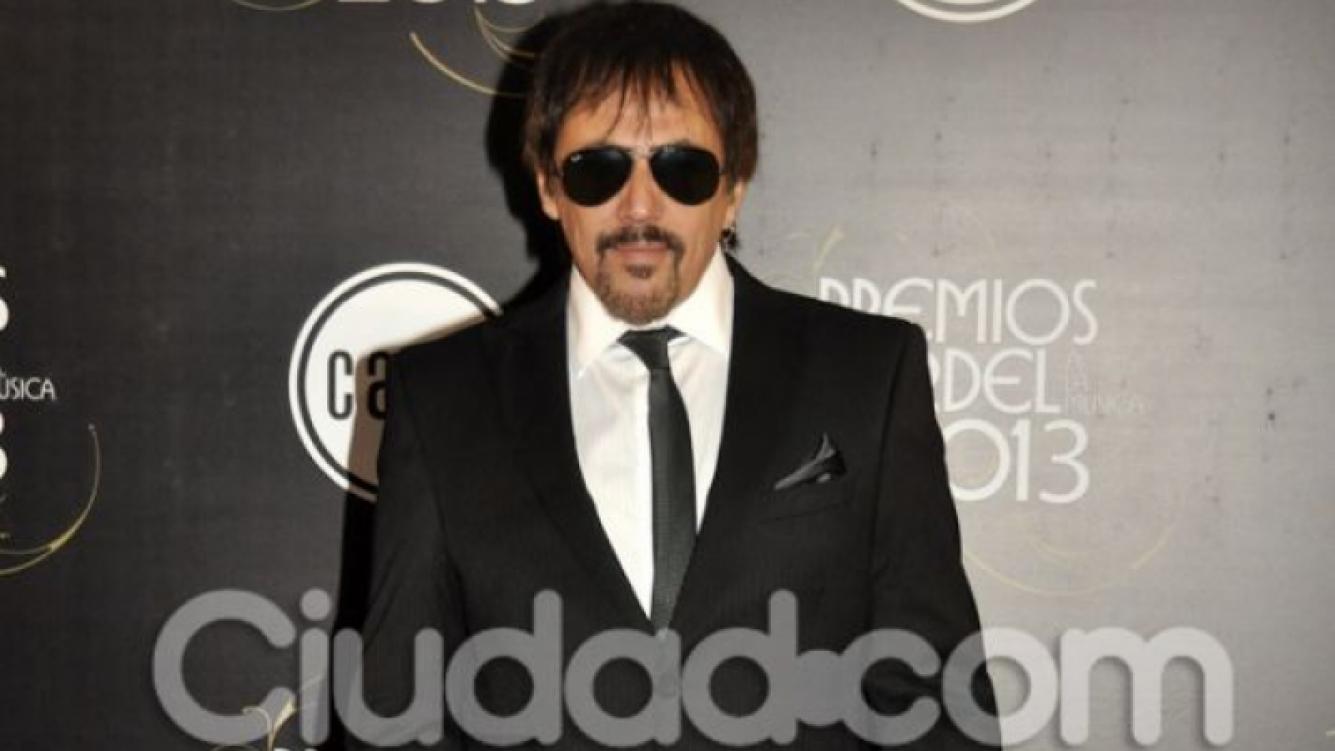 Alejandro Lerner, muy elegante, saaalvo por los lentes. (Foto: Jennifer Rubio-Ciudad.com)