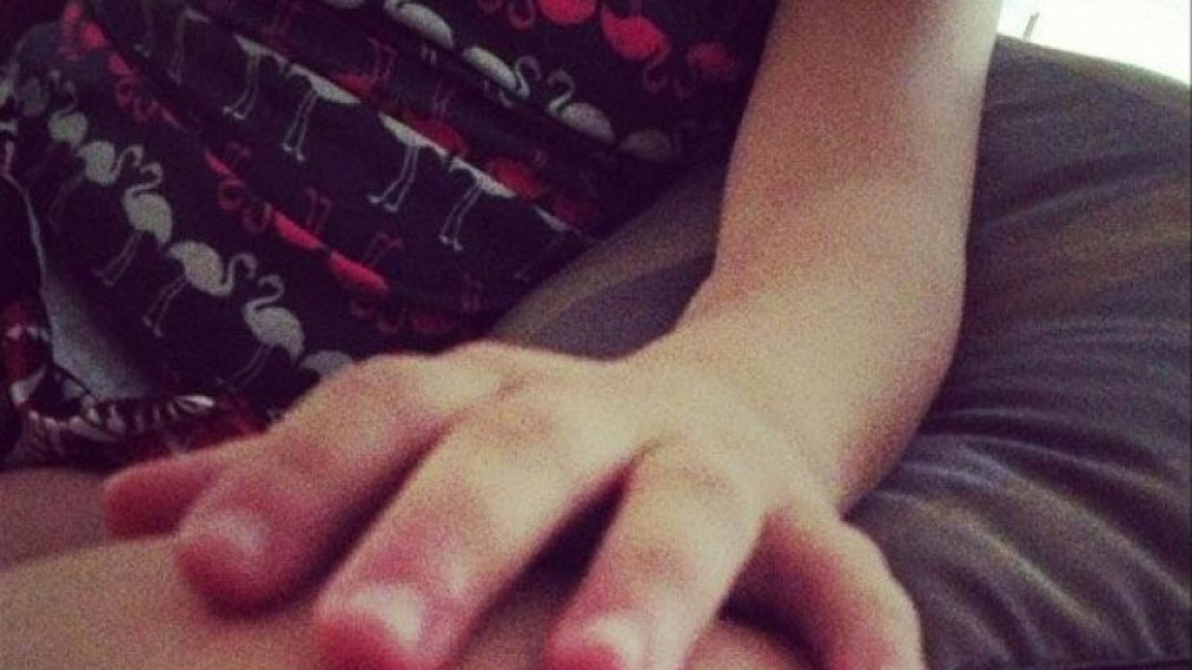 La mano de la sobrina de Luisana Lopilato, Daira (Foto: Twitter).