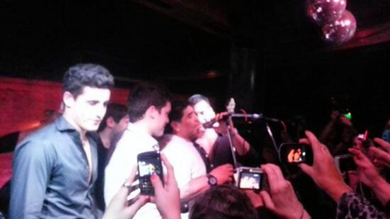 Diego Maradona cantando con Los Arándanos (Foto: Twitter).