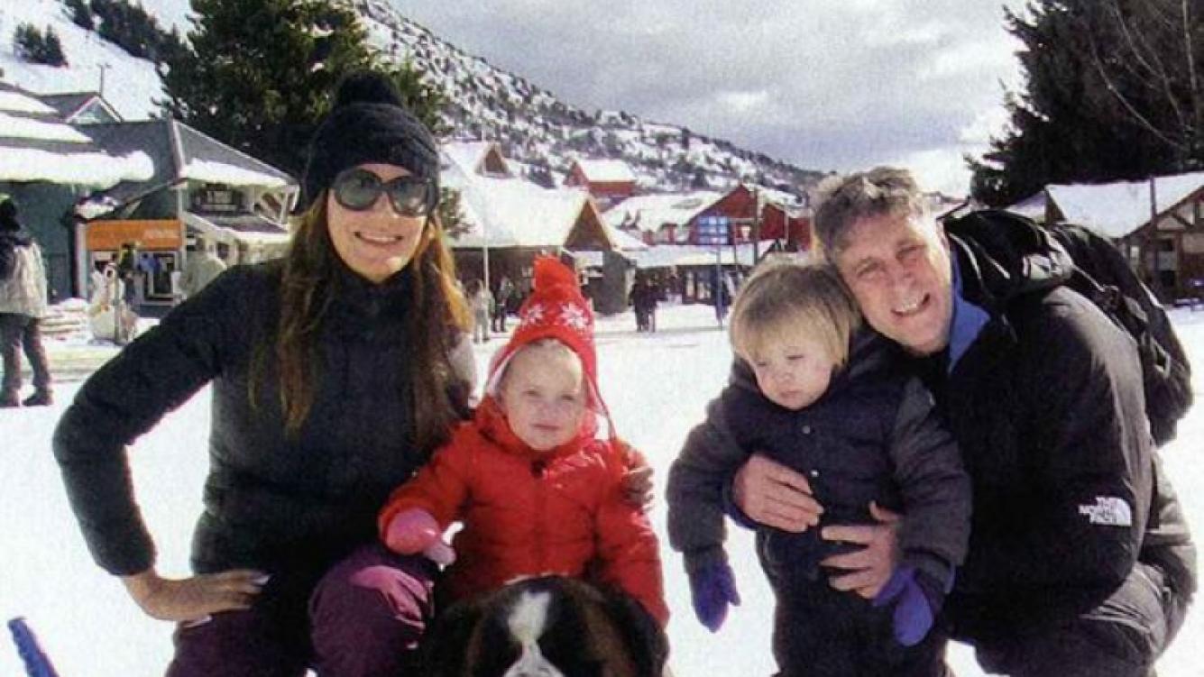 Flor de la V, junto a sus dos hijos y su marido disfrutando de la nieve. (Foto: revista Gente)