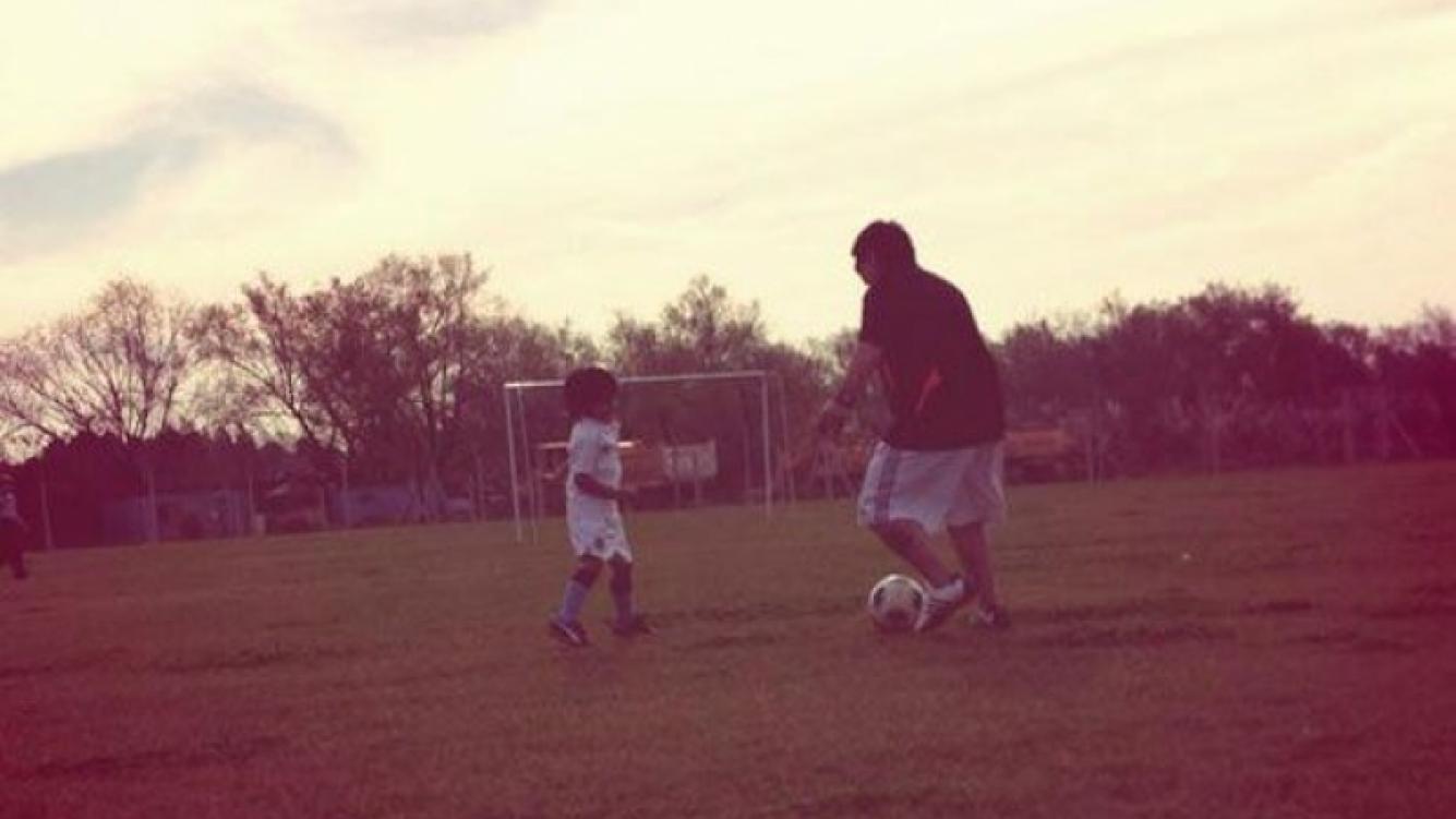 Diego Maradona jugando al fútbol con su nieto, Benjamín (Foto: Twitter).